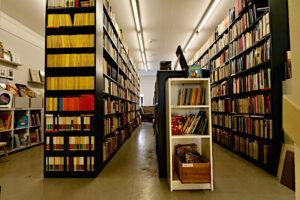 Die hohen Büchergestelle im Antiquariat