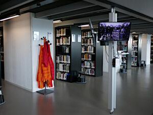Säule mit den Informationen aus dem Archiv, Ständer mit Medientragtasche Shlep, Büchergestelle