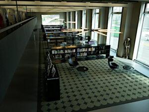 Blick in den Lesesaal von der Galerie aus