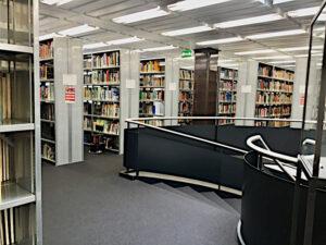 Büchergestelle rings um die zebtrale Wendeltreppe