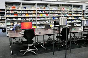 Recherchestationen, Zeitschriftengestelle